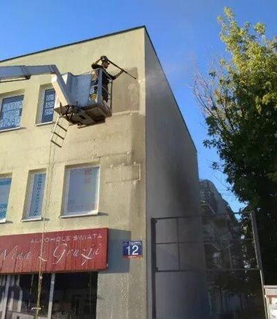 Mycie elewacji Poznań - za pomocą podnośnika koszowego